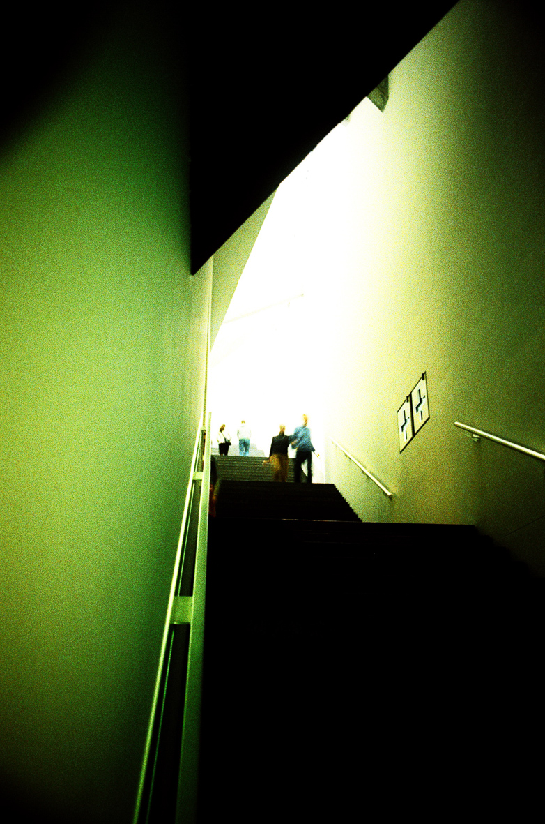 Stiegenaufgang mit 2 Personen in grün-schwarz