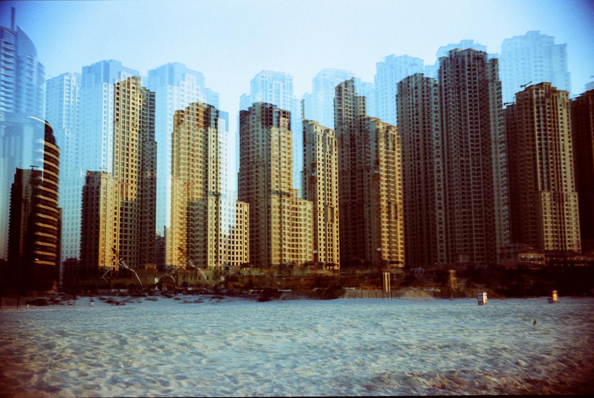 Wolkenkratzer mit Sand im Vordergrund