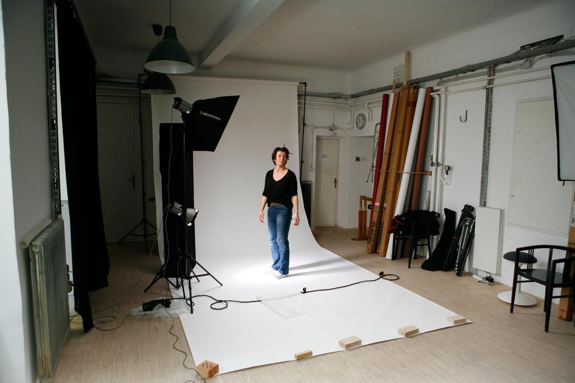Gabriela Koch im Fotostudio auf einem weissen Hintergrund
