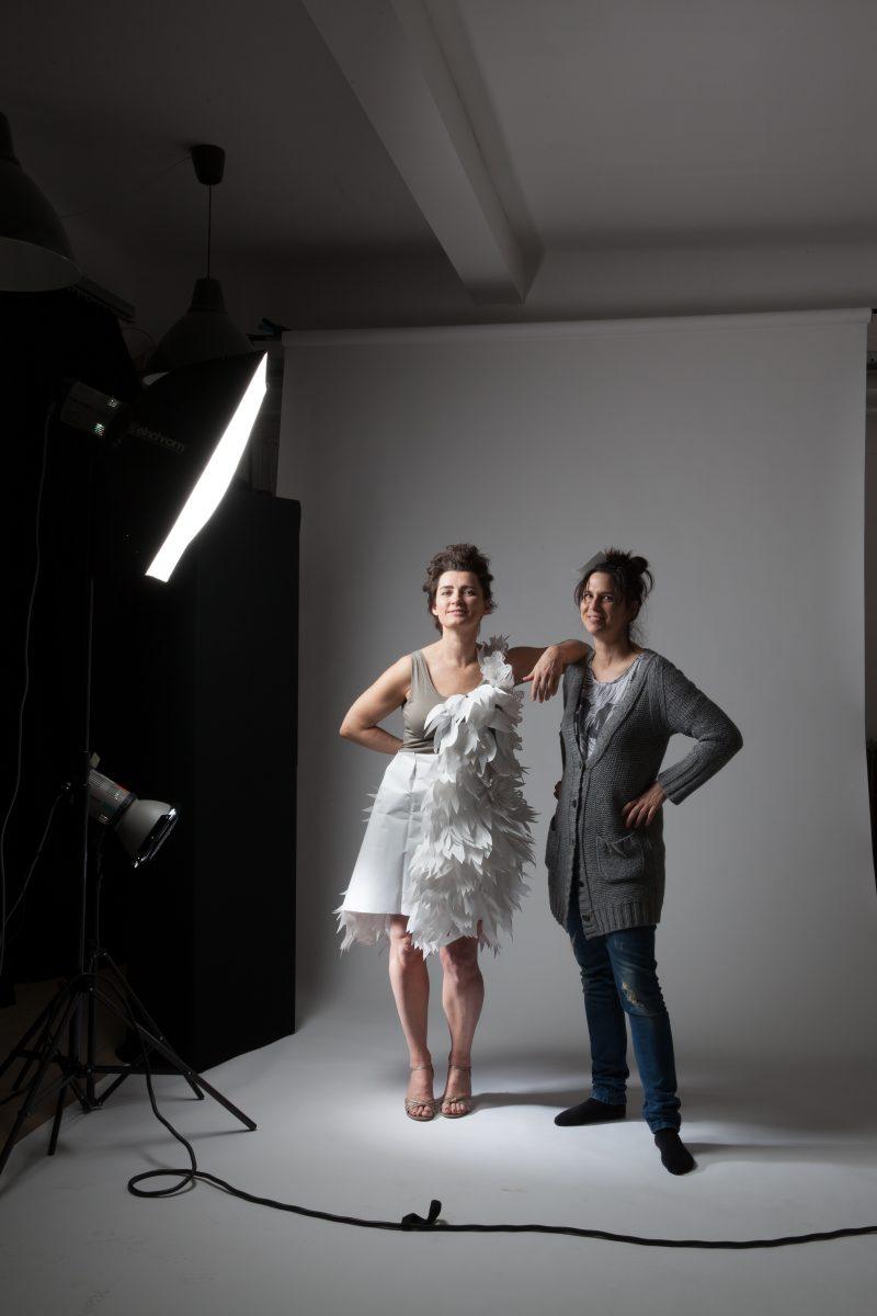 zwei Frauezwei Frauen, eine trägt ein weisses Papierkleid