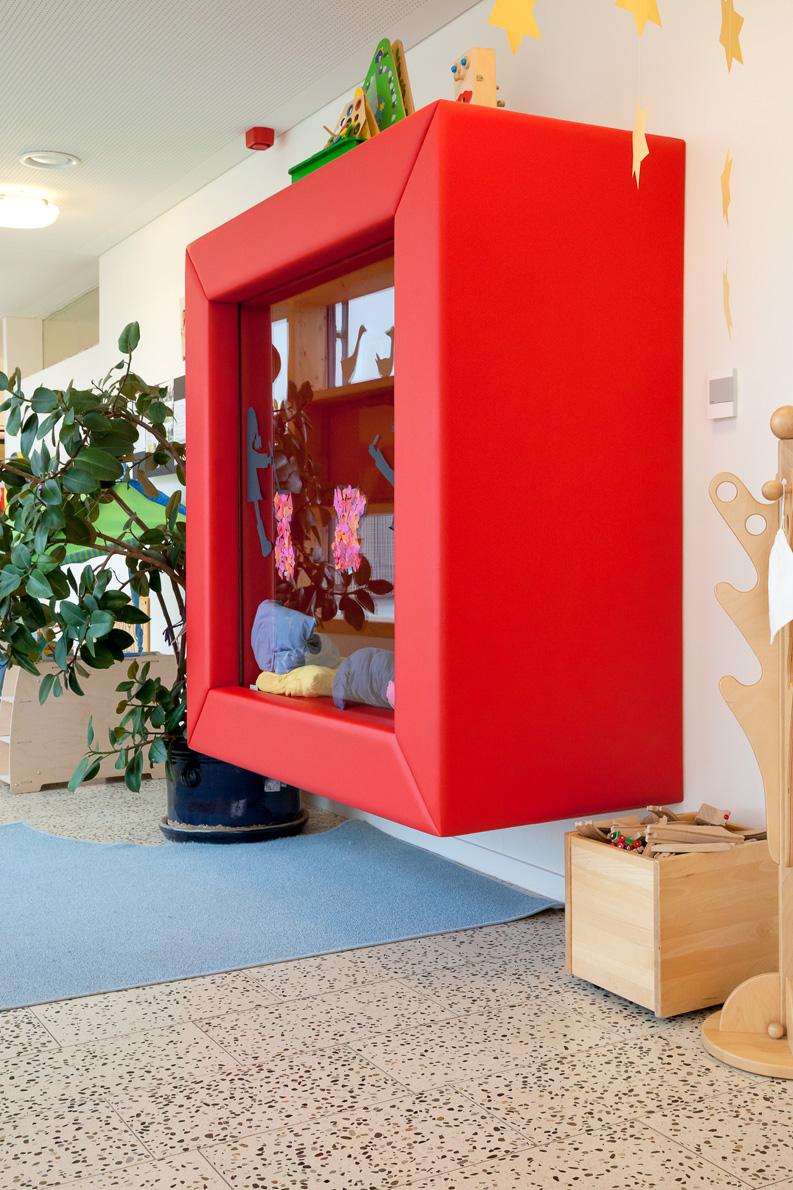 Fotos von einem modernen Kidnergarten, spielende Kinder, Architektur in Holzbau und Beton