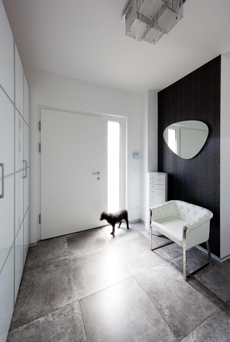Architekturfotografie eines Vorraums mit Hund