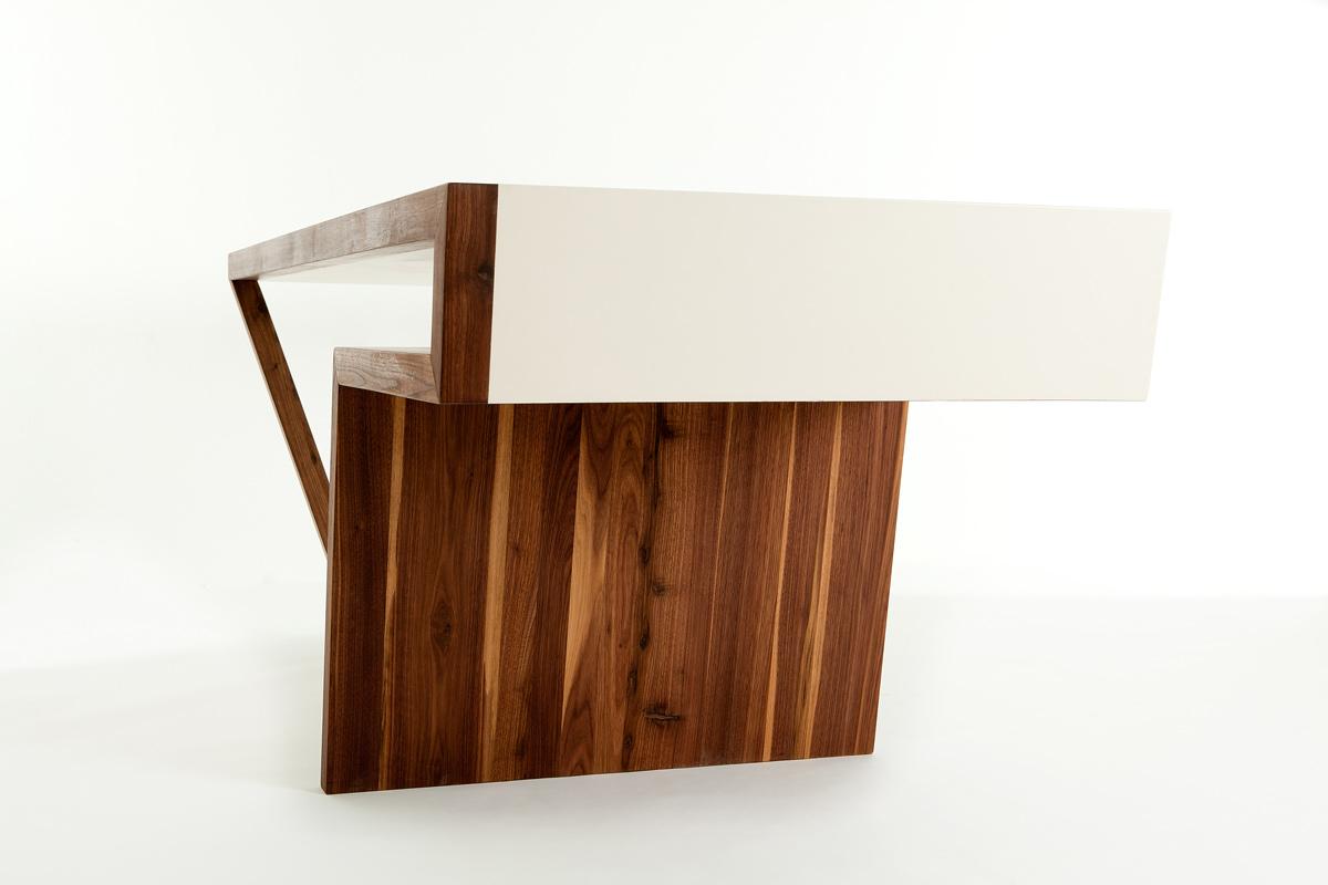 Design Mäbel aus Holz und weißer Schichtplatte; ein Tisch und ein Ladenschrank von Architekt Michael Scheriau