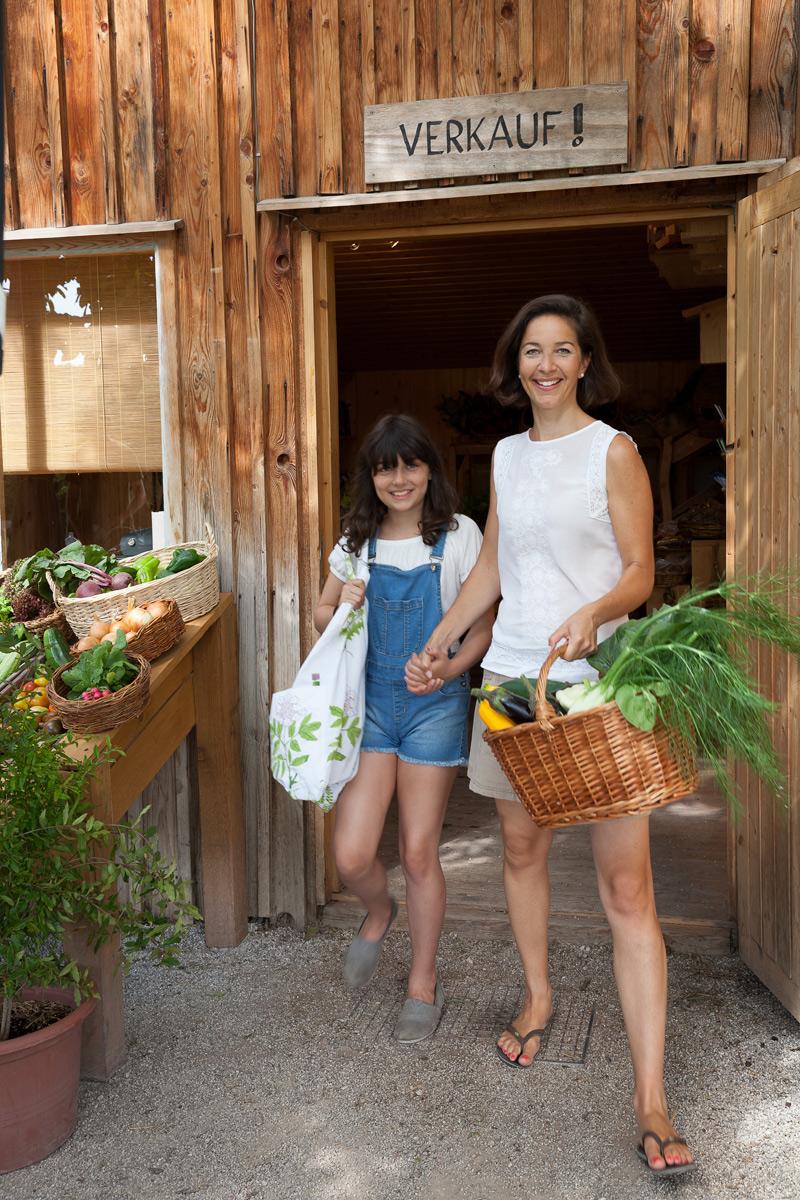 strahlend verlassen Mutter und Tochter den Shop der Ökogarten Bio-Gärtnerei in Mödling