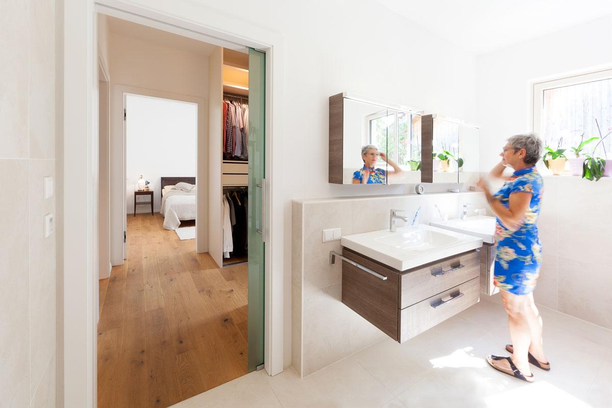 Modernes Haus mit Garten und schöner Frau im Badezimmer, Stiegenhaus, Eingang, viele Glasfenster und Türen