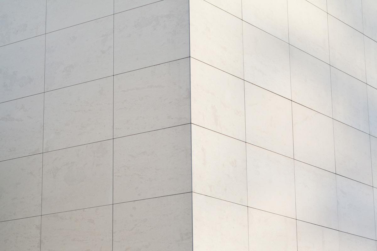 Urnenhain in Linz Urfahr, Moderne Architektur, Halle mit Glasfenstern, Vorplatz mit Bäumen