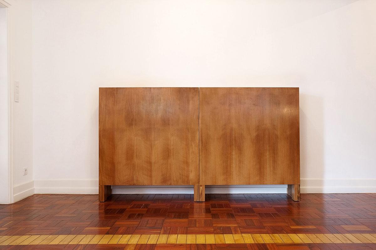 Geschirr/und Buecherschrank aus Holz Design in einer Wohnung in Lissabon