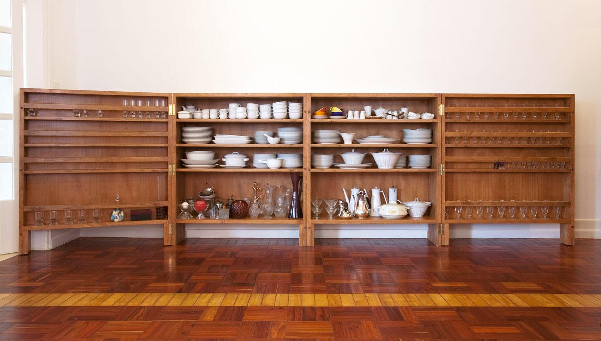 Geschirrregal aus Holz Design in einer Wohnung in Lissabon