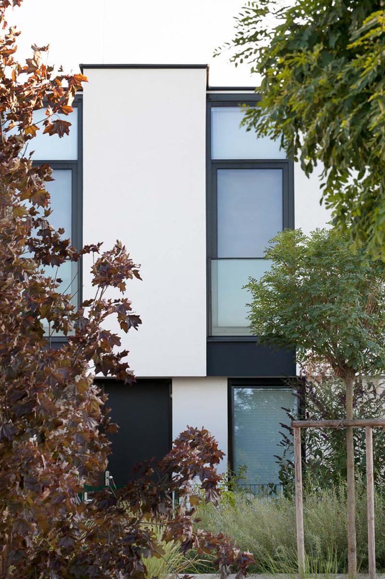 Wohnhausanlage in Königstetten bei Tulln in Niederösterreich, Nachaufnahmen, Vorplätze, Blaue Stunde Bilder
