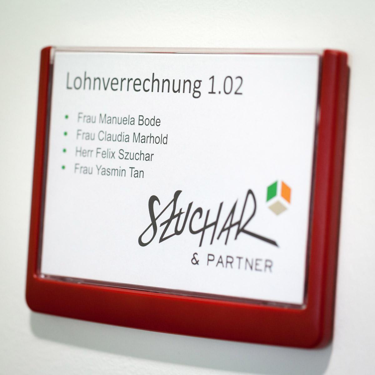 Mitarbeiterportraits und Details der Arbeitsmaterialien der Firma Szuchar