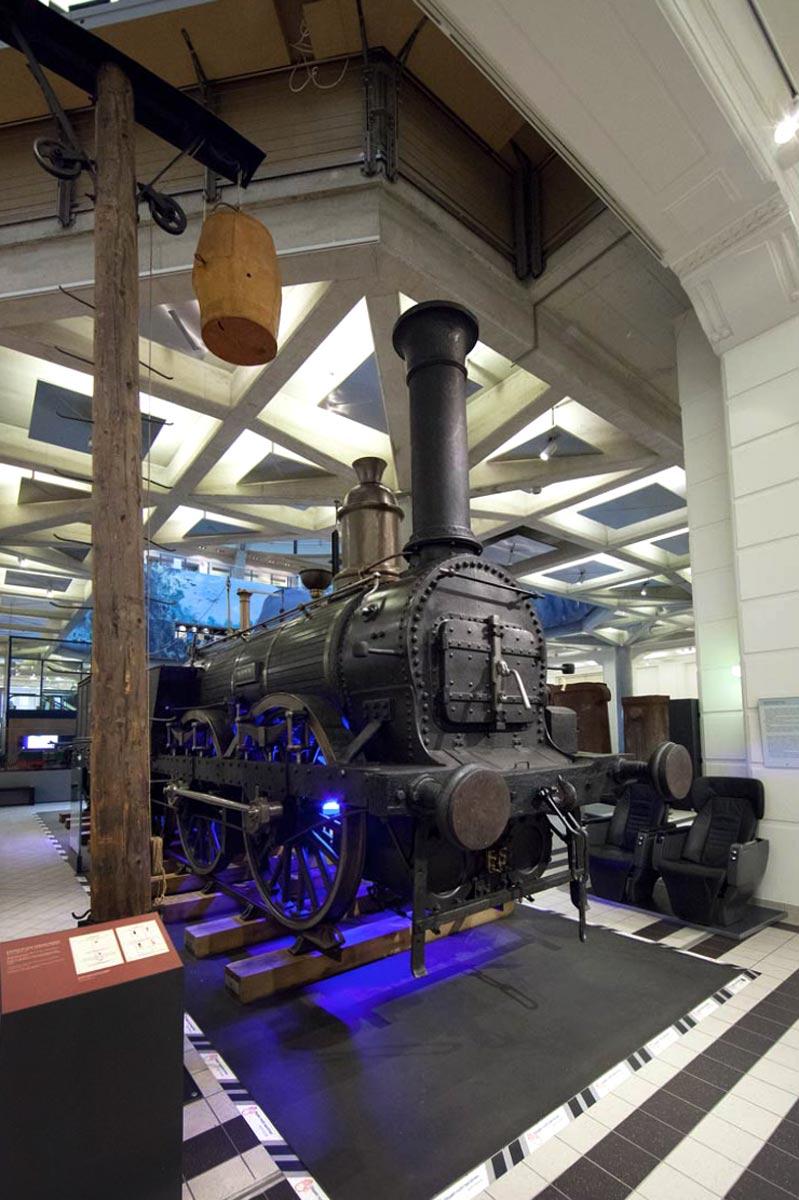 Antike Lokomotive im Technischen Museum Wien