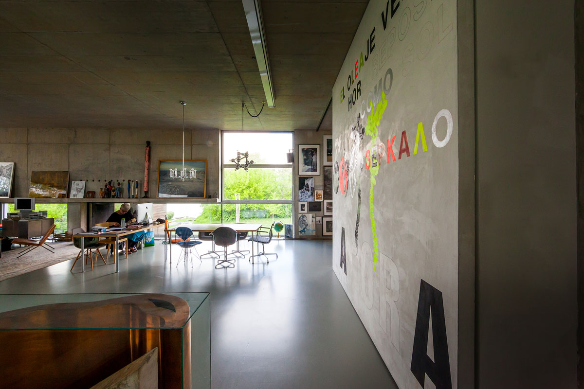 Innenraum Sichtbeton, Schreibtisch, Fotografien