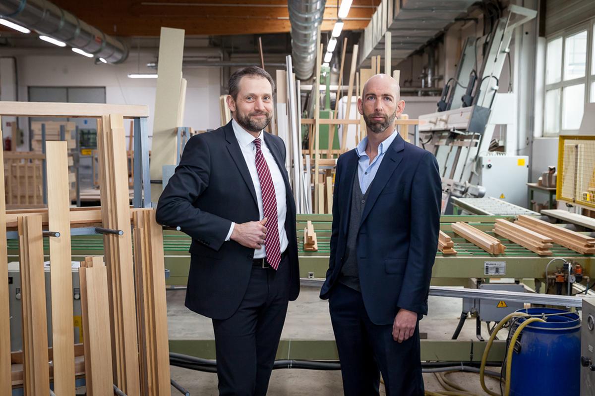 Portraits der Leiter der Firmen Weinzetl und Hrachowina in einer Werkstatt